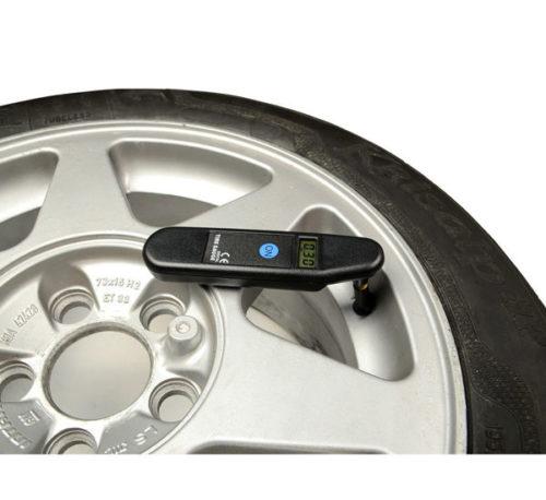 manomètre électronique pour pneus BAR PSI mise en situation